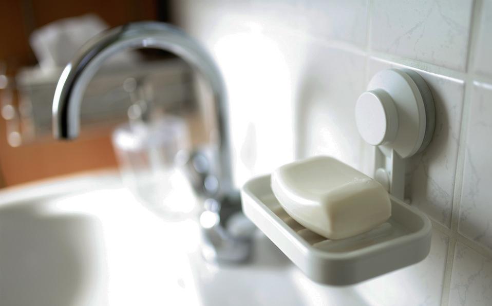 Cómo quitar los restos de jabón del baño